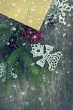 Κάρτα Χριστουγέννων με τον πλεκτό άγγελο και χιόνι με τον τονισμό Στοκ Φωτογραφίες