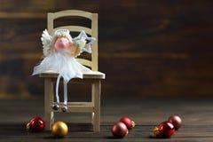Κάρτα Χριστουγέννων με το αστέρι Χριστουγέννων εκμετάλλευσης αγγέλου Χριστουγέννων Στοκ φωτογραφία με δικαίωμα ελεύθερης χρήσης