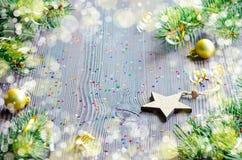 Κάρτα Χριστουγέννων με το ξύλινο ντεκόρ αστεριών και Χριστουγέννων Στοκ φωτογραφίες με δικαίωμα ελεύθερης χρήσης
