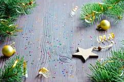 Κάρτα Χριστουγέννων με το ξύλινο ντεκόρ αστεριών και Χριστουγέννων Στοκ Εικόνα