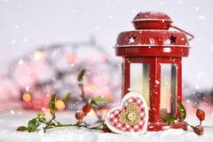 Κάρτα Χριστουγέννων με το φανάρι Χριστουγέννων και τη διακόσμηση καρδιών Χριστουγέννων Στοκ Εικόνες