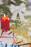 Κάρτα Χριστουγέννων με το χριστουγεννιάτικο δέντρο και τις διακοσμήσεις Χριστούγεννα καρτών εορτ&a Στοκ εικόνα με δικαίωμα ελεύθερης χρήσης