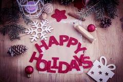 Κάρτα Χριστουγέννων, μολύβι και διακόσμηση Χριστουγέννων στο ξύλινο backgro Στοκ Φωτογραφίες
