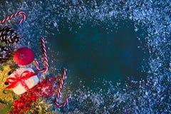 Κάρτα Χριστουγέννων στο γαλαζοπράσινο υπόβαθρο στοκ εικόνα με δικαίωμα ελεύθερης χρήσης