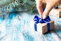 Κάρτα Χριστουγέννων το δώρο που τυλίγονται με και τις διακοσμήσεις Χριστουγέννων Στοκ φωτογραφία με δικαίωμα ελεύθερης χρήσης