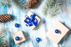 Κάρτα Χριστουγέννων το δώρο που τυλίγονται με και τις διακοσμήσεις Χριστουγέννων Στοκ εικόνα με δικαίωμα ελεύθερης χρήσης