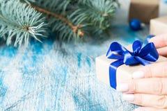 Κάρτα Χριστουγέννων το δώρο που τυλίγονται με και τις διακοσμήσεις Χριστουγέννων Στοκ Εικόνα