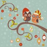 Κάρτα Χριστουγέννων των κουκουβαγιών στα καπέλα διανυσματική απεικόνιση