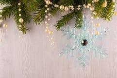 Κάρτα Χριστουγέννων των κλάδων και snowflakes έλατου σε ένα μπλε γκρίζο υπόβαθρο Στοκ φωτογραφία με δικαίωμα ελεύθερης χρήσης