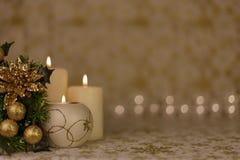 Κάρτα Χριστουγέννων χαιρετισμού με το κάψιμο των κεριών και των διακοσμήσεων Στοκ Φωτογραφίες