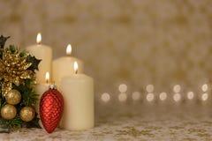 Κάρτα Χριστουγέννων χαιρετισμού με το κάψιμο των κεριών και των διακοσμήσεων Στοκ Εικόνες