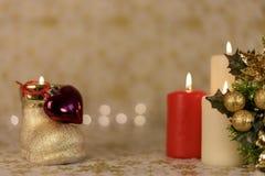 Κάρτα Χριστουγέννων χαιρετισμού με το κάψιμο των κεριών και των διακοσμήσεων Στοκ Φωτογραφία