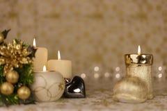 Κάρτα Χριστουγέννων χαιρετισμού με το κάψιμο των κεριών και των διακοσμήσεων Στοκ εικόνες με δικαίωμα ελεύθερης χρήσης
