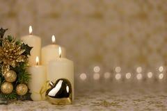 Κάρτα Χριστουγέννων χαιρετισμού με το κάψιμο των κεριών και των διακοσμήσεων Στοκ Εικόνα