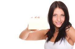 Κάρτα δώρων. Συγκινημένη γυναίκα που παρουσιάζει κενό κενό σημάδι καρτών εγγράφου Στοκ φωτογραφίες με δικαίωμα ελεύθερης χρήσης