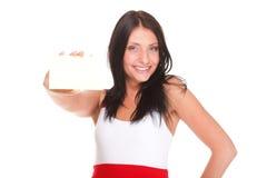Κάρτα δώρων. Συγκινημένη γυναίκα που παρουσιάζει κενό κενό σημάδι καρτών εγγράφου Στοκ φωτογραφία με δικαίωμα ελεύθερης χρήσης