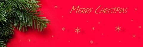 Κάρτα decorationChristmas Χριστουγέννων με το EN κόκκινο υπόβαθρο χριστουγεννιάτικων δέντρων Στοκ φωτογραφίες με δικαίωμα ελεύθερης χρήσης