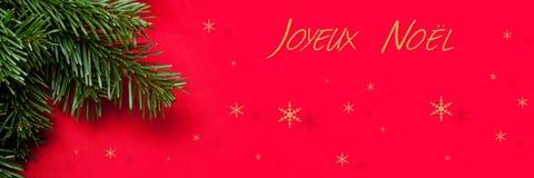 Κάρτα decorationChristmas Χριστουγέννων με το EN κόκκινο υπόβαθρο χριστουγεννιάτικων δέντρων Στοκ Εικόνες