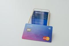 Κάρτα Revolut και app στο τηλέφωνο Στοκ Εικόνες