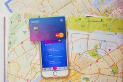 Κάρτα Revolut και app στο τηλέφωνο Στοκ Φωτογραφίες