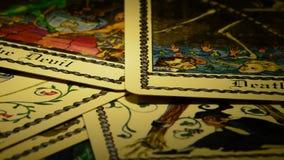 Κάρτα Tarot του θανάτου και ο διάβολος που περιστρέφεται, στην περιστροφή απόθεμα βίντεο