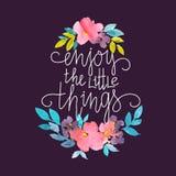 Κάρτα Watercolor με τα λουλούδια και τη μοντέρνη εγγραφή - ` απολαμβάνει τα μικρά πράγματα ` στο σκοτεινό υπόβαθρο ελεύθερη απεικόνιση δικαιώματος