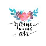 Κάρτα Watercolor με τα λουλούδια και τη μοντέρνη εγγραφή - η άνοιξη ` είναι στον αέρα ` διανυσματική απεικόνιση