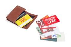 Κάρτες έκπτωσης στο καφετί πορτοφόλι δέρματος και εκτός από σε τον Στοκ Εικόνα