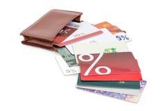 Κάρτες έκπτωσης στο καφετί πορτοφόλι δέρματος σε ένα άσπρο υπόβαθρο Στοκ εικόνα με δικαίωμα ελεύθερης χρήσης