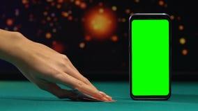 Κάρτες γυναικείου ανοίγματος που παρουσιάζουν ζευγάρι των άσσων, σε απευθείας σύνδεση παιχνίδι πόκερ, τηλεφωνική εφαρμογή απόθεμα βίντεο