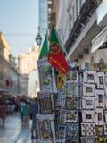 Κάρτες και εθνική σημαία μέσα στον εκθέτη στο κατάστημα της Λισσαβώνας, Πορτογαλία Στοκ φωτογραφία με δικαίωμα ελεύθερης χρήσης