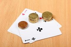 Κάρτες και νομίσματα Στοκ φωτογραφίες με δικαίωμα ελεύθερης χρήσης