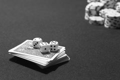 Κάρτες και craps πόκερ με τη στοιχημάτιση του επιτραπέζιου παιχνιδιού τσιπ Στοκ Εικόνα