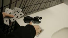 Κάρτες παιχνιδιού που διαδίδονται στον πίνακα απόθεμα βίντεο