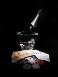 Κάρτες παιχνιδιού και ένα μπουκάλι της σαμπάνιας στον κάδο Στοκ φωτογραφία με δικαίωμα ελεύθερης χρήσης