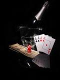 Κάρτες παιχνιδιού και ένα μπουκάλι της σαμπάνιας στον κάδο Στοκ Εικόνα