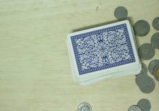 Κάρτες παιχνιδιού στην επιτραπέζια χαρτοπαικτική λέσχη Στοκ Φωτογραφία