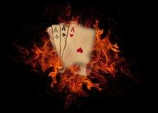 Κάρτες παιχνιδιού στην πυρκαγιά Έννοια ΧΑΡΤΟΠΑΙΚΤΙΚΩΝ ΛΕΣΧΏΝ Στοκ Φωτογραφίες