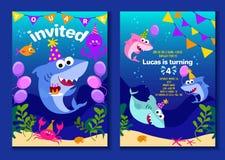 Κάρτες πρόσκλησης κομμάτων καρχαριών μωρών Χρόνια πολλά ευχετήρια κάρτα στο ύφος κινούμενων σχεδίων με κάτω από τον καρχαρία παγκ διανυσματική απεικόνιση