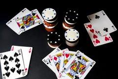 Κάρτες πόκερ και σωρός των τσιπ στο Μαύρο Όλοι μέσα, τέσσερα ο στοκ εικόνες με δικαίωμα ελεύθερης χρήσης