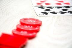 Κάρτες πόκερ και τσιπ πόκερ Στοκ Εικόνες