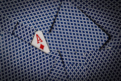 Κάρτες πόκερ με τον άσσο της παρουσίασης διαμαντιών στοκ φωτογραφία με δικαίωμα ελεύθερης χρήσης