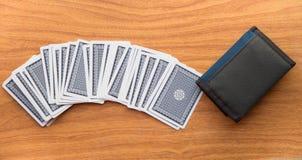 Κάρτες στον ξύλινο πίνακα με το πορτοφόλι Στοκ Εικόνες