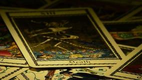 Κάρτες του θανάτου tarot και ο διάβολος που περιστρέφεται, στην περιστροφή απόθεμα βίντεο