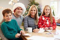 Κάρτες Χριστουγέννων οικογενειακού γραψίματος από κοινού Στοκ Εικόνα