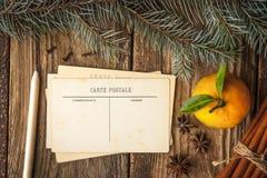 Κάρτες Χριστουγέννων που τίθενται με τα καρυκεύματα και το δέντρο έλατου Στοκ Φωτογραφία