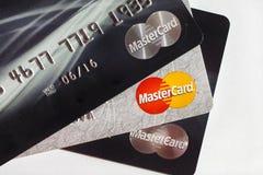 Κάρτες Mastercard τραπεζικής πληρωμής στο άσπρο υπόβαθρο Στοκ Φωτογραφίες