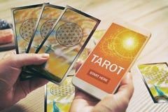 Κάρτες Tarot και κινητό τηλέφωνο Στοκ εικόνες με δικαίωμα ελεύθερης χρήσης