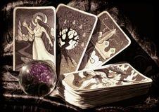 Κάρτες Tarot και σφαίρα κρυστάλλου στοκ εικόνα