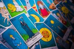 Κάρτες Tarot που διανέμονται τυχαία ο ένας πάνω από τον άλλον στοκ φωτογραφία με δικαίωμα ελεύθερης χρήσης